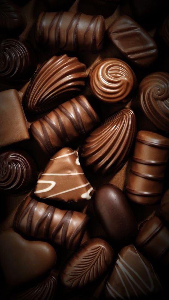 Un cioccolatino nel piattino del caffè